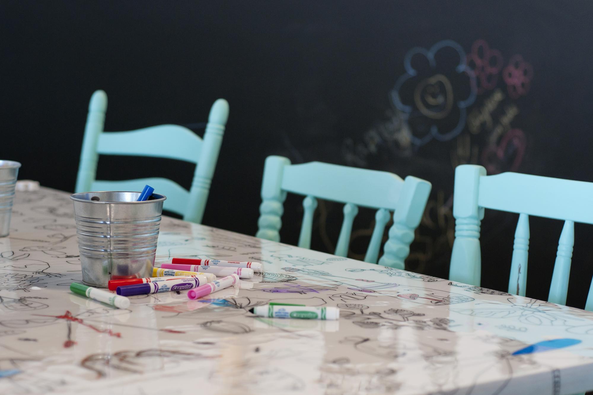 Au Dix30, arrêtez-vous à l'espace famille Les Z'enfantillages où tout a été pensé afin d'accueillir vos petits dans ce café-boutique absolument charmant!