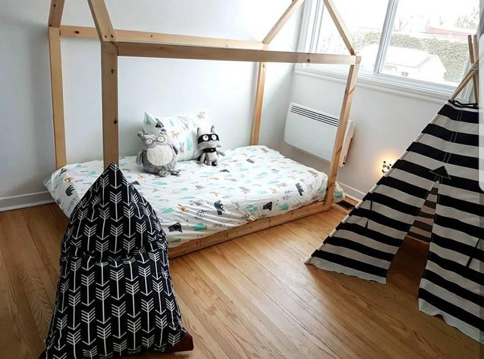 Un lit-maisonnette fait par les mains habiles du papa.