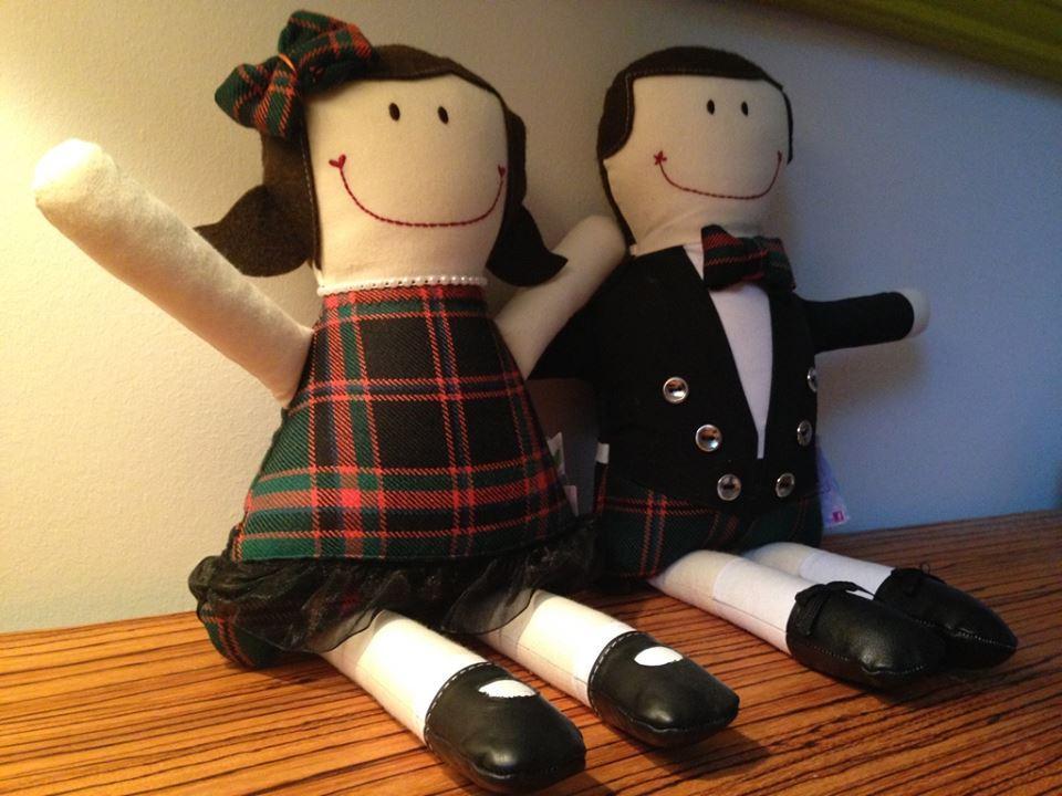 Des poupées de chiffon faites sur mesure par Gamine & cie avec le tissu en tartan du papa.
